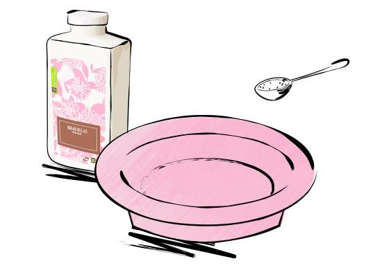 ティースプーン1杯の洗剤を洗面器に入れます。